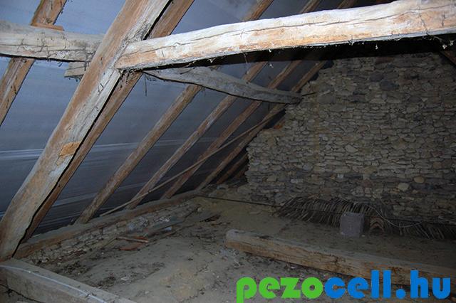 cellulózszigetelés régi parasztház tetőterében